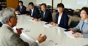 落石漁協で中野組合長(左)の話を聞く(右から)真下、菊地両道議ら=13日、北海道根室市