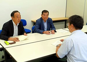 国保病院で話を聞く(左から)宮川、菊地の両氏=11日、北海道日高町