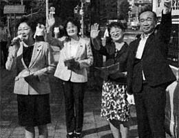 道庁前で宣伝する(左から)真下、佐野、菊地、宮川の各氏=8日、札幌市