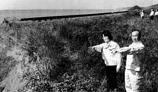 線路が一部切断された崩落現場を調査する(右から)宮川、佐野の両氏=23日、北海道日高町