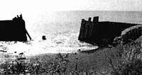 撤去された鋼矢板の間から波が押し寄せ侵食が広がる崩落現場=北海道日高町